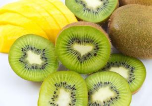 Lëng frutash me kivi, mango, karrotë